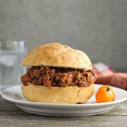 Pizza Sloppy Joes a delicious sandwich that you can make any day of the week. Pizza flavors with lean ground beef, diced tomatoes, green pepper, onions, mozzarella cheese, and Italian seasoning.