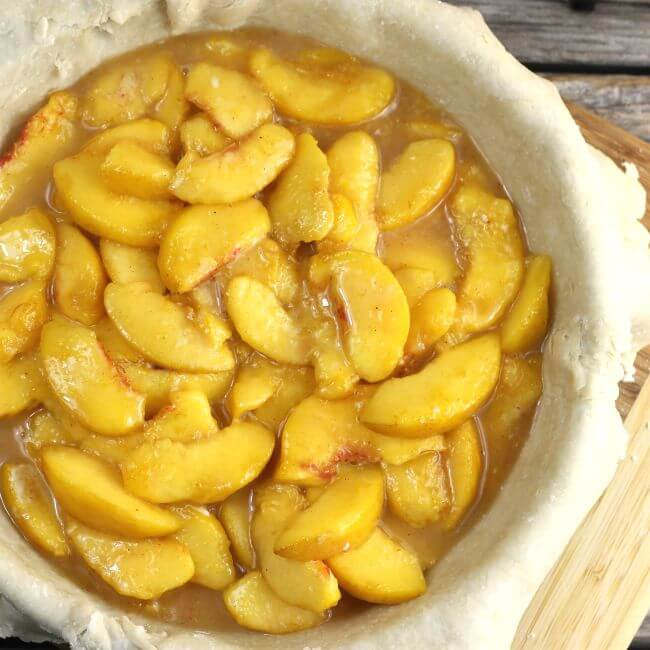 Sliced peaches in a pie crust.