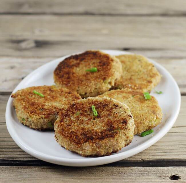 A side view of a platter of tuna cakes.
